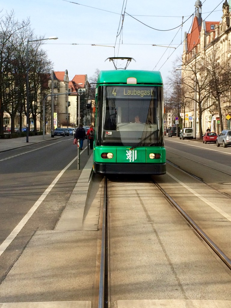 Striesenn bietet eine sehr gute Anbindung mit öffentlichen Verkehrsmitteln. Mit der Bahn brauchst du nur ca. 10 Minuten in die Innenstadt.
