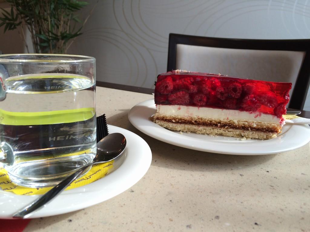 Ein leckeres Stück Kuchen und einen heißen Kaffee kannst du im Dresdener Backhaus auf der Blasewitzer Straße genießen.
