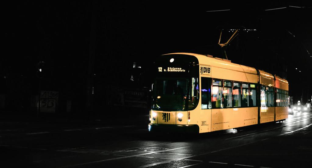 Eine Dresdner Straßenbahn bei Nacht.
