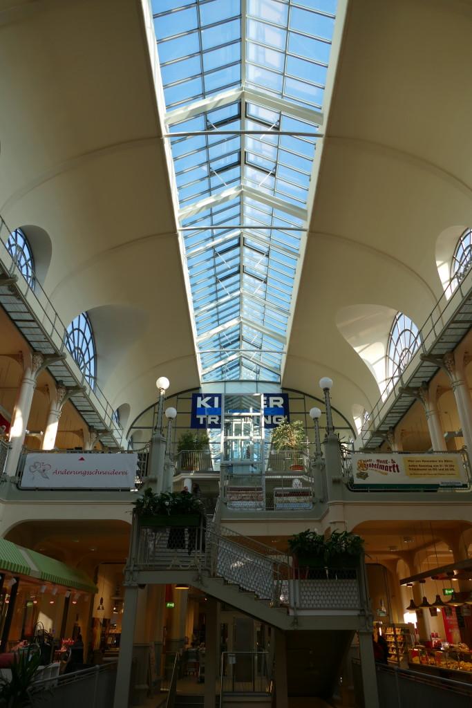 In der Markthalle gibt es etwas für Zwischendurch, wie im russischen Spezialitätenladen oder im Asia Imbiss
