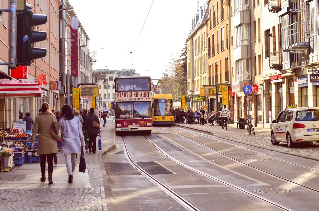 Der Schillerplatz gilt als zentraler Verkehrsknotenpunkt in Blasewitz. Von hier aus transportieren euch die Buslinien 61, 63, 65 und die Bahnlinien 6 und 12 in die Innenstadt sowie die umliegenden Stadtteile