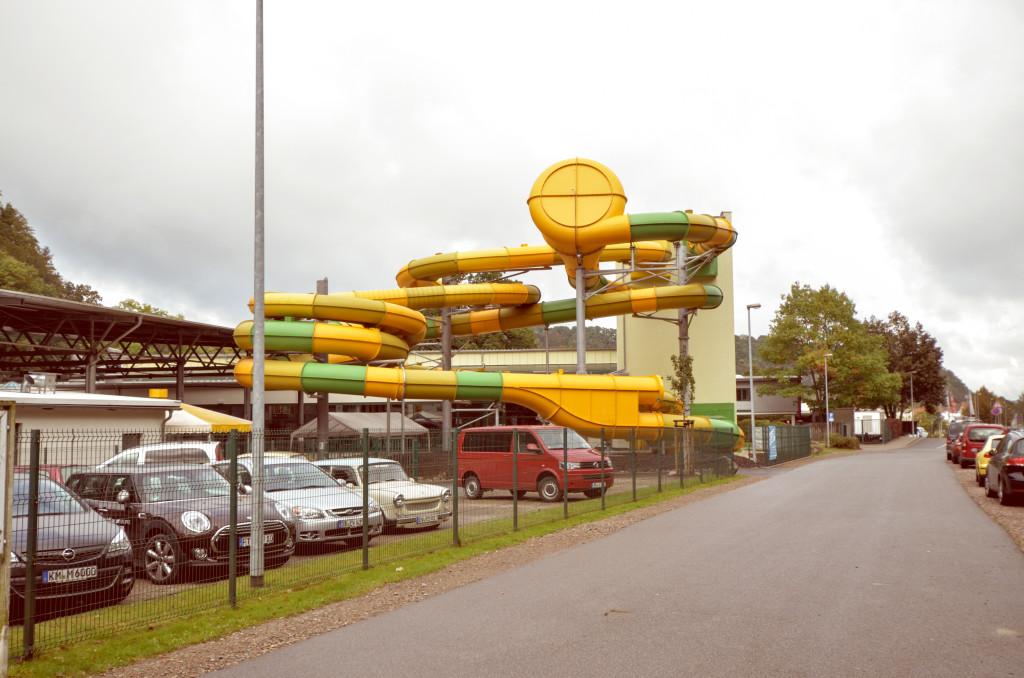 """Im Hintergrund die Mega-Rutschen vom Freizeitzentrum """"Hains"""""""