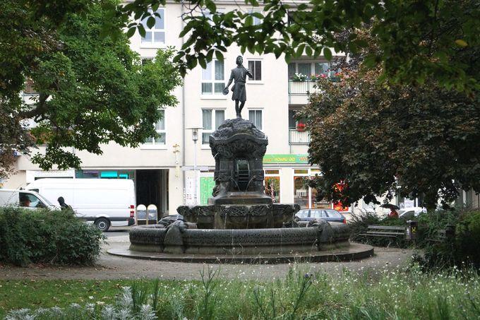 Brunnen am F.-C.-Weiskopf-Platz mit Figur des Müllersburschen