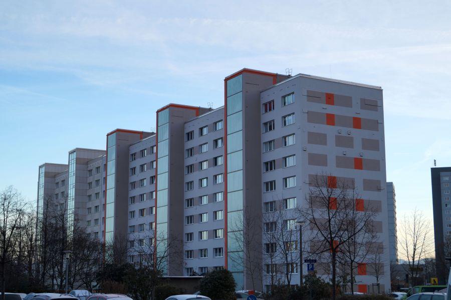 Typisch für Prohlis sind zahlreiche alte und modernisierte Plattenbauten