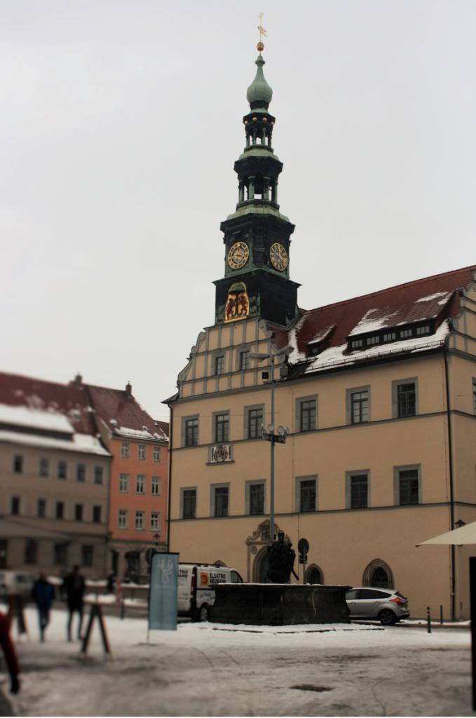 Markant sticht der Rathausturm zwischen den anderen Gebäuden am Marktplatz hervor