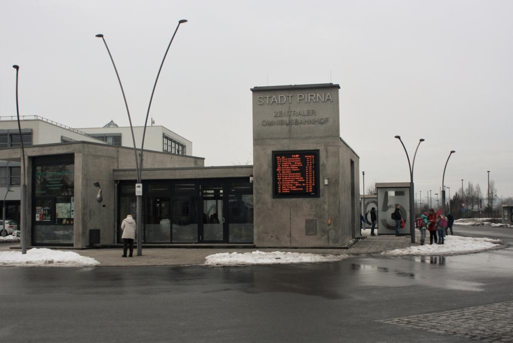 Der moderne Busbahnhof verbindet dich mit den umliegenden Gemeinden