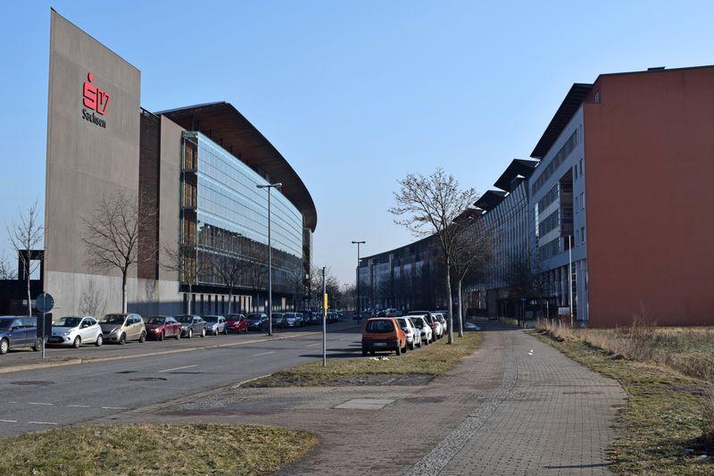 Moderne Architektur und Rundhäuser am Gewerbegebiet an der Flutrinne