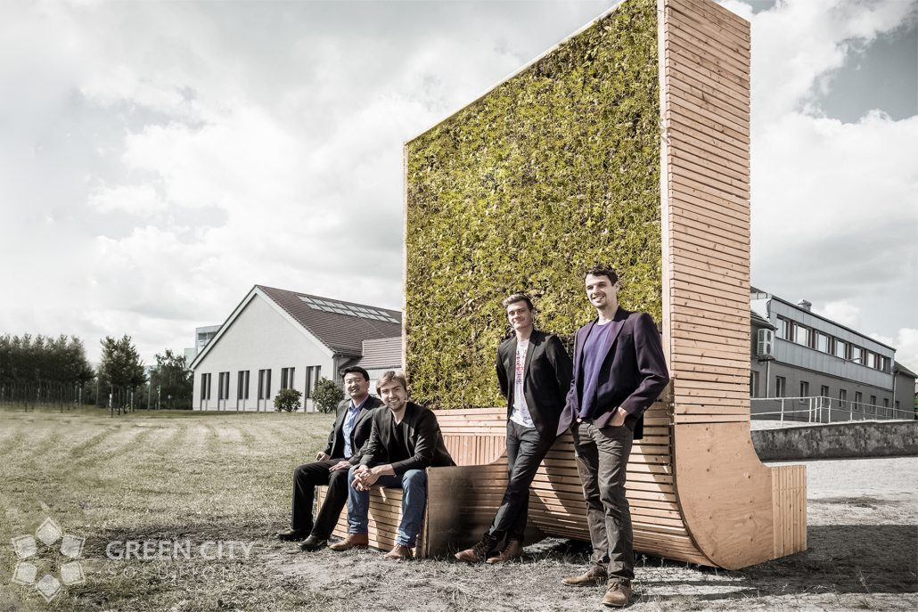 Die Gründer von Green City Solutions vor dem City Tree. Zweiter von rechts: Biologe und Gartenbauer Peter Sänger. © GCS