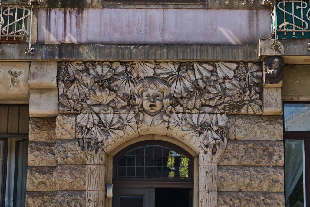 Portal auf der Bundschuhstraße mitherausrufenden Frauenkopf