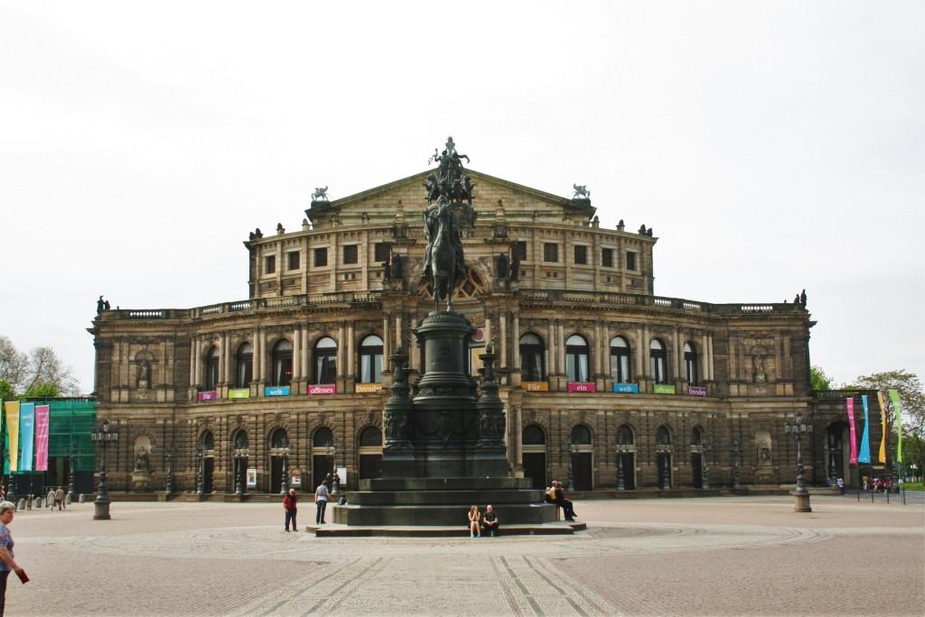 Die Semperoper am Theaterplatz.