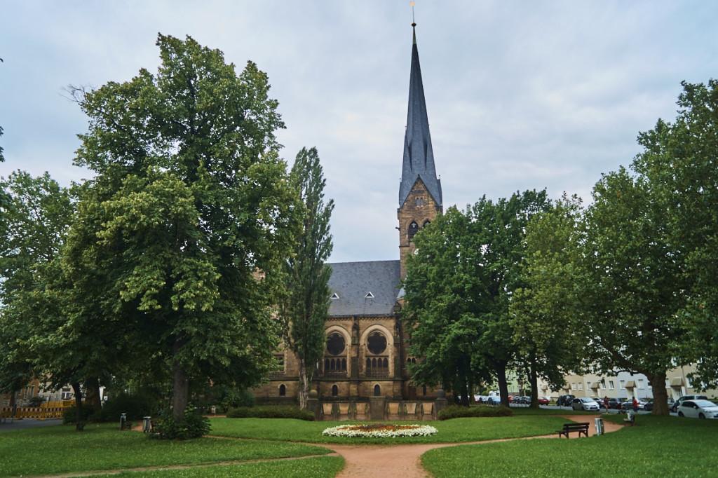 Die evangelisch- lutherische Himmelfahrtskirche bildet das Wahrzeichen des Stadtteils