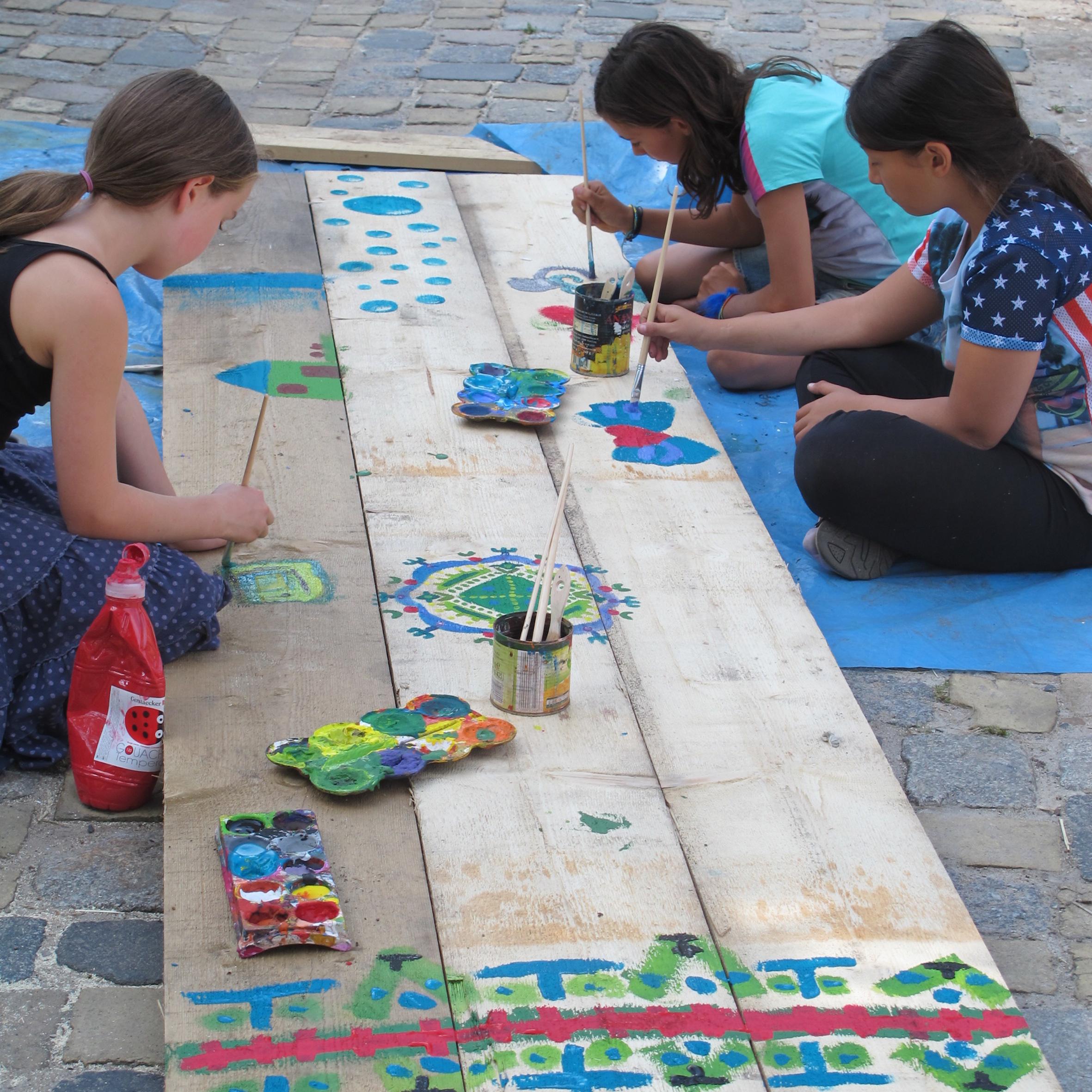 Das Team des Abenteuerspielplatzes Panama organisiert eine Vielzahl an Projekten für Kinder. Im Zuge des Projektes Neustadtentdecker bemalten die Jungen und Mädchen Wippen.