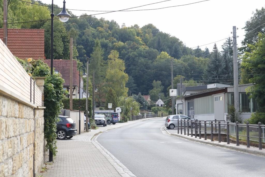Straßen mit wenig Verkehr und Blick in die Wälder.