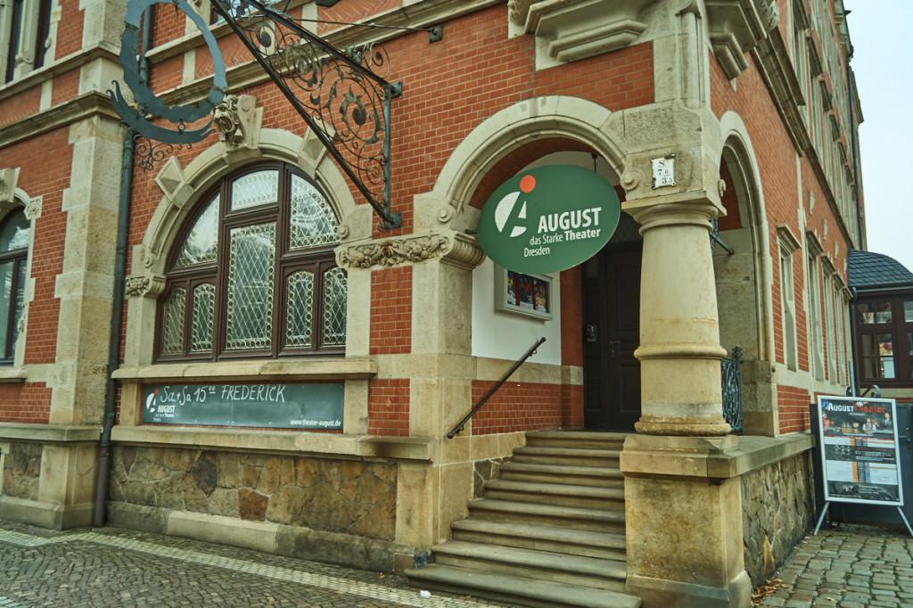 Das AUGUST Theater befindet sich direkt im Rathaus Pieschen!