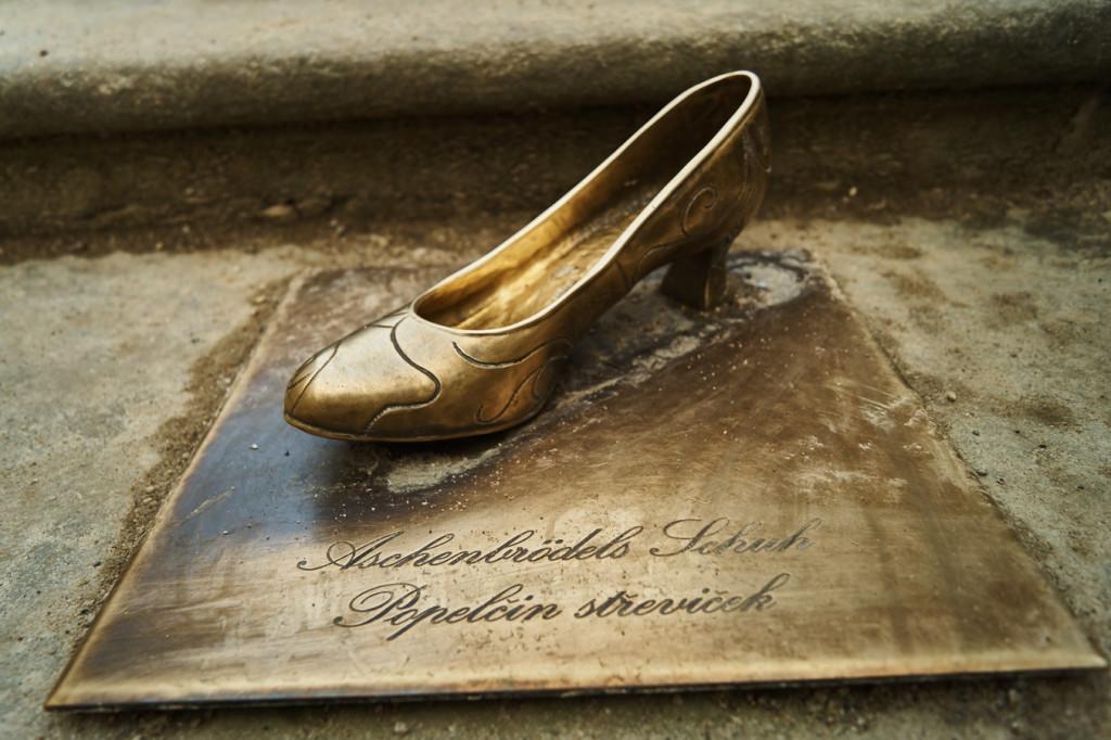 Die Skulptur des Schuhs von Aschenbrödel.