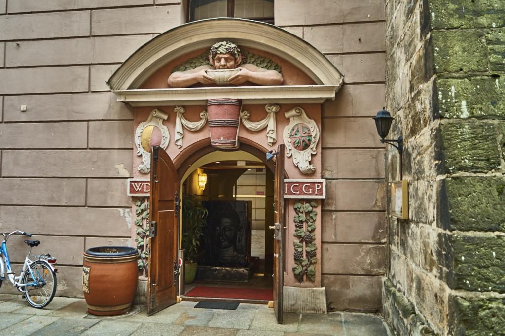 Das Barocke Eingangsportal des ehemaligen Weinkellers der Hellerschänke befindet sich heute an der Brühlschen Terasse