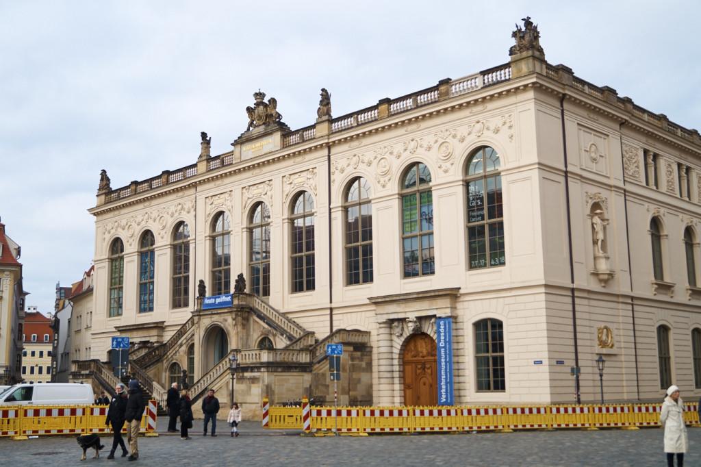 Das Verkehrsmuseum befindet sich unmittelbar bei der Frauenkirche.
