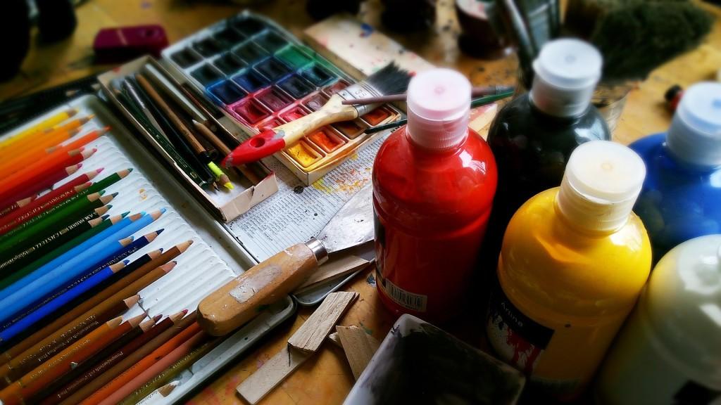 Hier wird mit sehr viel verschiedenen Kunstutensilien gearbeitet!