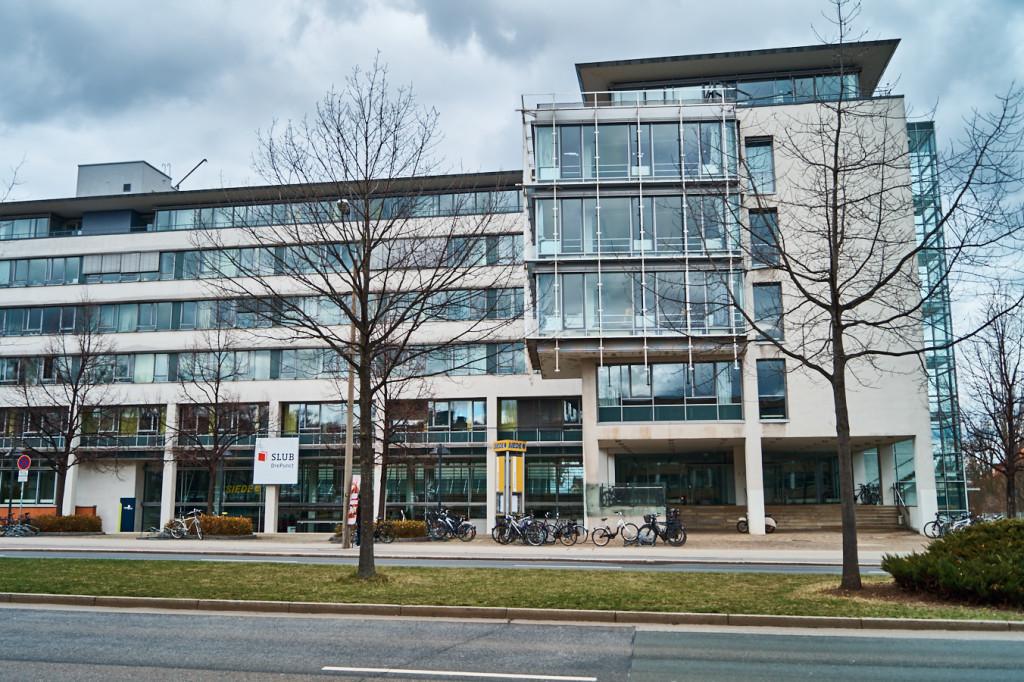 Die Bereichsbibliothek DrePunct befindet sich direkt gegenüber der SLUB.