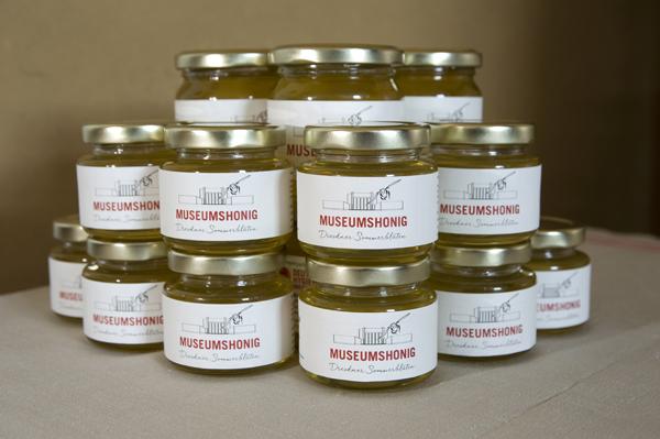 Im Deutschen Hygiene-Museum kannst du den Honig sogar erwerben.