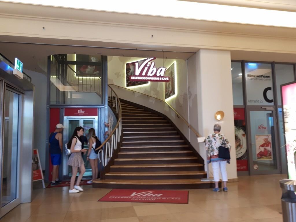 Der Treppenaufgang zum Geschäft.