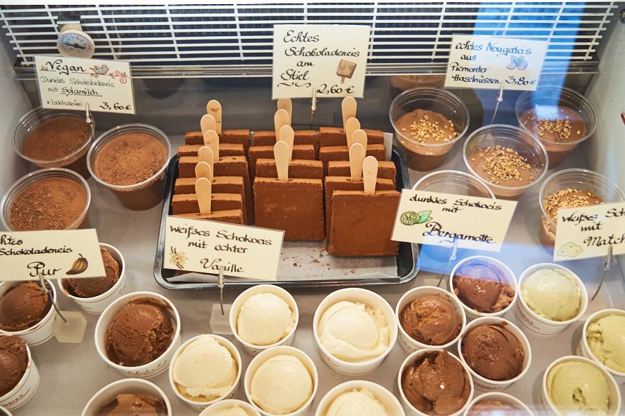 Große Auswahl der köstlichen Schoko- und Nougateissorten.