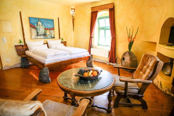©Backstage-Hotel Hier siehst du das wundervoll, rustikal eingerichtete Steinzimmer.