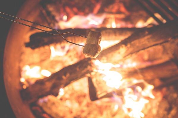 Natürlich dürfen Marshmallows beim Camping nicht fehlen!