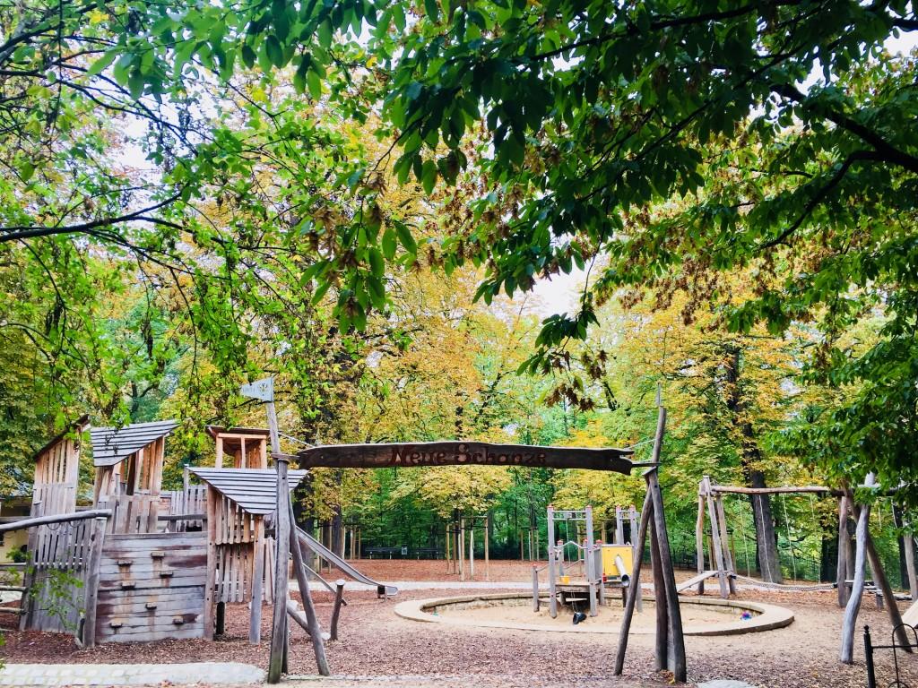 Der von Bäumen umgebene Park lädt zum rum tollen ein.