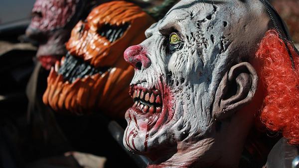 Gruslige Masken dürfen natürlich nicht fehlen und Clowns sind gerade sehr im Trend!