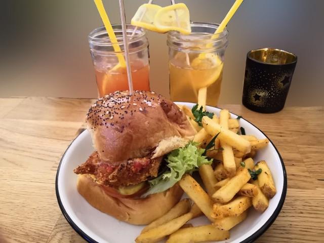 Leckere Burger und frische Schorlen.