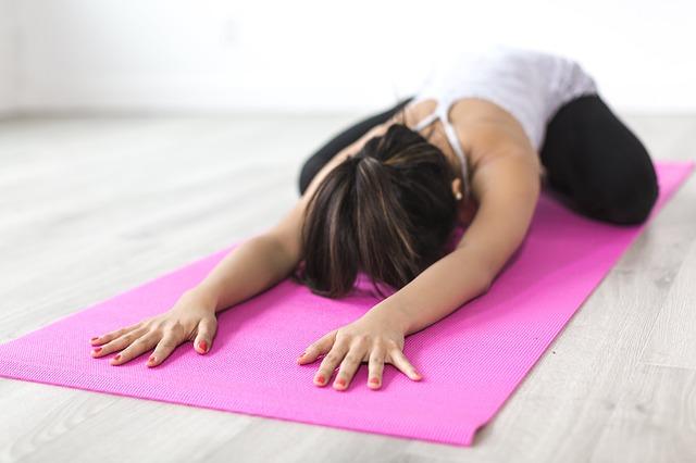 Yoga hilft dir zu entspannen und neue Kraft zu tanken.