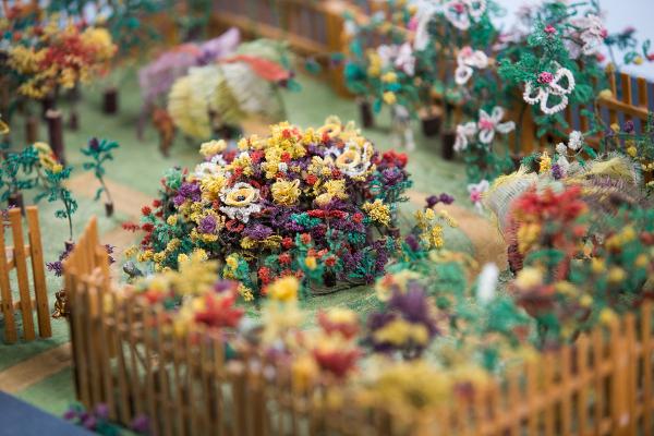 Miniatur eines Gartens mit mehr als 250 Pflanzen Haararbeit, vermutlich erste Hälfte 20. Jahrhundert Sammlung Schwarzkopf im Deutschen Hygiene-Museum Foto: Oliver Killig (Pressebild DHMD)