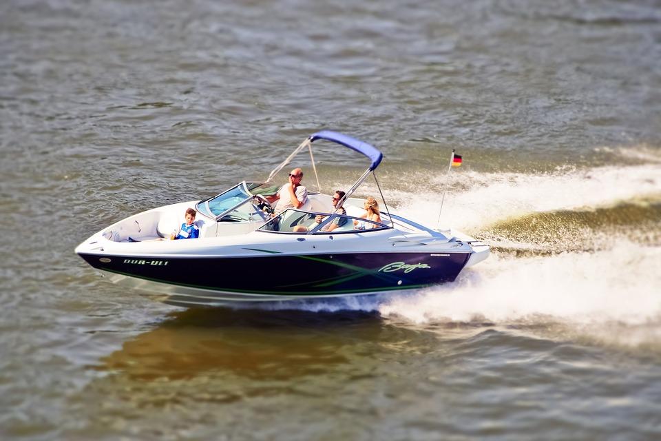 Actionspaß auf einem Motorboot.