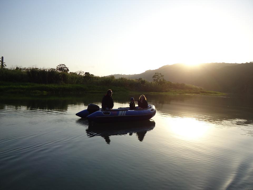 Gemütlich mit dem Schlauchboot auf dem Wasser.