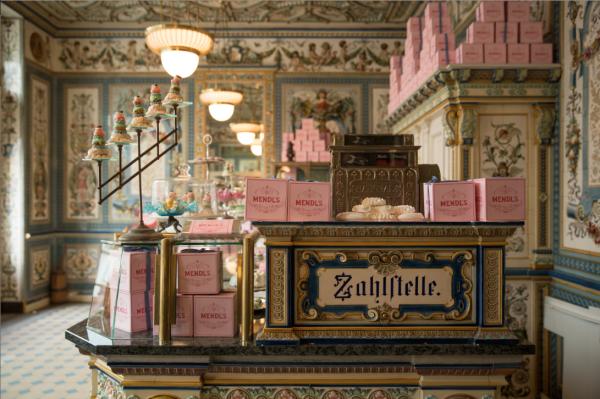 """Filmset aus """"The Grand Budapest Hotel"""". Die Pfunds Molkerei heißt im Film Mendl's."""