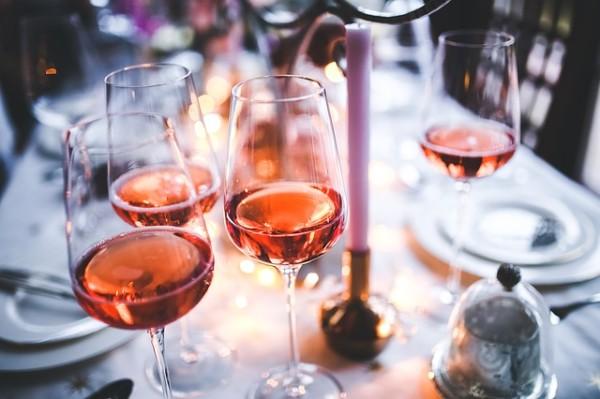 Weinhandlungen und Weinverkostungen.Dinner