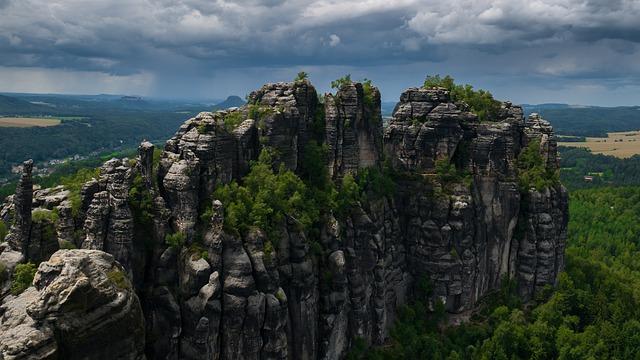 Das Elbsandsteingebirge zieht viele Wanderer und Kletterer an.